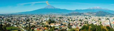 Foto de Erupción del volcán Popocatépetl en la vista panorámica de la ciudad de Puebla, México, - Imagen libre de derechos