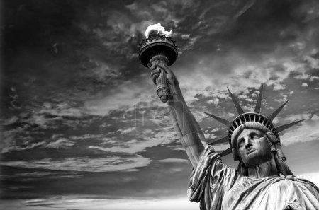 Photo pour Statue de la Liberté, fond de ciel dramatique. New York, États-Unis - image libre de droit