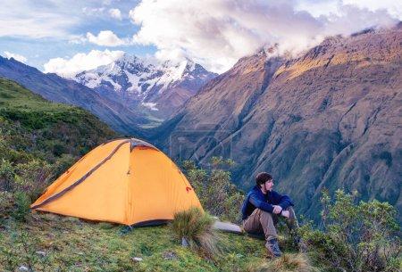 Photo pour Camping dans les Andes péruviennes. voyageur en montagne, Salkantay Trekking, Pérou, Amérique du Sud - image libre de droit