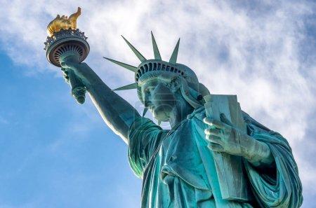 Photo pour Statue de la Liberté contre le ciel bleu à New York aux États-Unis - image libre de droit