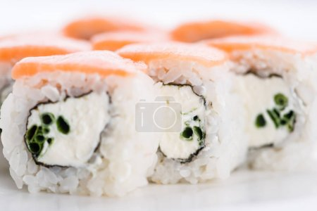 Foto de Set de sushi y composición en fondo blanco. Restaurante de comida japonesa, sushi maki gunkan rollo placa o plato conjunto. - Imagen libre de derechos