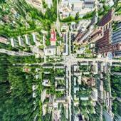 """Постер, картина, фотообои """"Воздушный город вид с перекрестком и дороги, дома, здания, парки и парковках. Солнечное лето панорамное изображение"""""""