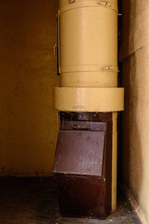 Photo pour Horrible poubelle dans un immeuble avec des appartements bon marché. Pauvreté et coditions de vie. Une poubelle dans un bloc soviétique d'appartements de l'URSS. Post-soviétique Riga, Lettonie - image libre de droit