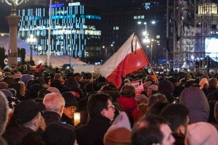 Warschau, Polen - 14. Januar 2019: Mehrere tausend Menschen marschieren durch das Zentrum von Warschau, Gedenken an Pawel Adamowicz, Bürgermeister von Danzig, der am Sonntag während einer nationalen Wohltätigkeitsveranstaltung auf der Bühne niedergestochen wurde und im Krankenhaus seinen Verletzungen erlag.
