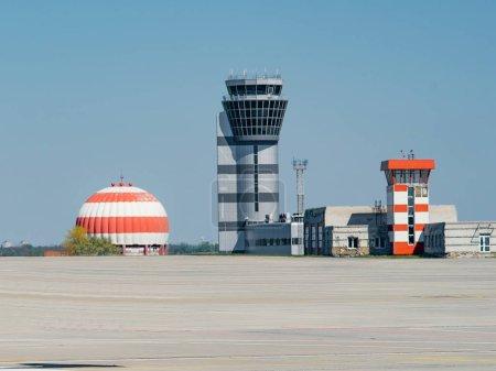 Photo pour Vue panoramique de l'aéroport ensoleillé avec ciel bleu - image libre de droit