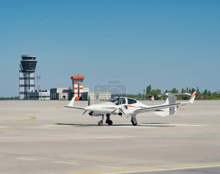 Photo pour Scène de l'aéroport avec petit avion en plein soleil - image libre de droit