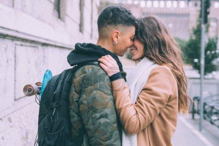 Photo pour Deux jeunes femmes lesbiennes couple baisers en plein air amour, relation, concept de bonheur - image libre de droit