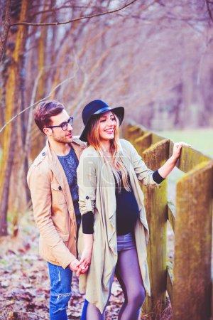 Photo pour Jeune couple enceinte en plein air s'amuser - bonheur, vie de famille, concept de temps de qualité - image libre de droit