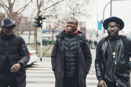 Foto de Tres jóvenes africanos cruzando la calle juntos: relación, alegría e interacción. - Imagen libre de derechos