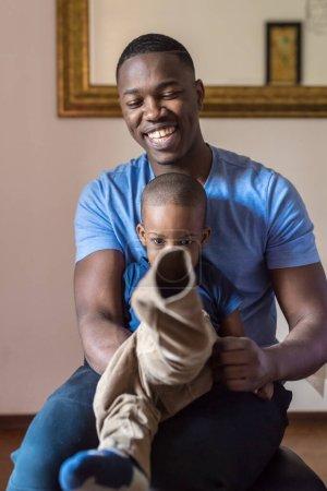 Photo pour Père et fils heureux famille intérieure à la maison sourire ensemble - amour, bonheur, concept de liaison - image libre de droit