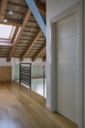 Photo pour Photos d'intérieurs d'un contemporain de couloirs dans la chambre sous les toits au premier plan la porte laqué blanc, plancher en bois et en bois benmansour - image libre de droit