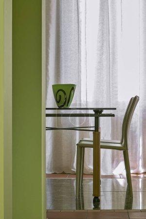 Photo pour Plans intérieurs de salle à manger moderne au premier plan le détail de la table à manger en verre et les fauteuils en cuir, que le plancher est fait de marbre et terre cuite carreaux - image libre de droit