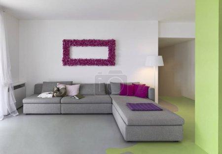 Photo pour Plans intérieurs d'un salon moderne avec canapé en tissu et plancher de résine - image libre de droit