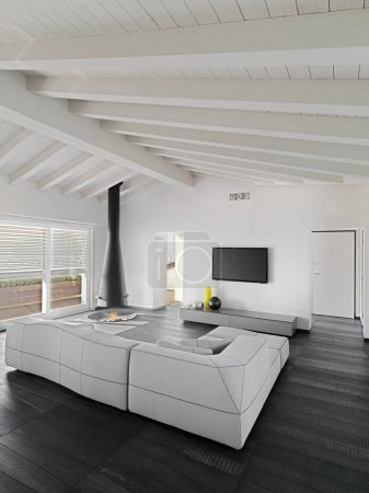 Photo pour Intérieurs d'un salon moderne avec cheminée dans la chambre mansardée, au premier plan les canapés, le sol et le plafond sont en bois - image libre de droit