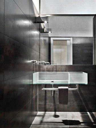 Photo pour Intérieur d'une salle de bain moderne avec lavabo mural en verre - image libre de droit