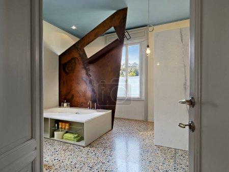 Photo pour Intérieurs d'une salle de bain moderne avec baignoire au centre de la pièce le sol est fait de marbre en arrière-plan une fenêtre - image libre de droit
