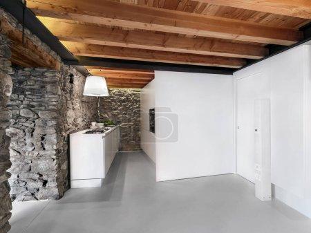 Photo pour Intérieurs plans d'une cuisine moderne avec sol en béton et le plafond en bois - image libre de droit