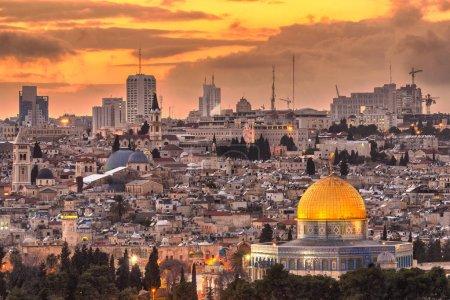 Photo pour Jérusalem, Israël horizon de la vieille ville au crépuscule du Mont des Oliviers . - image libre de droit