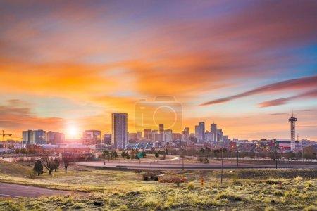 Photo pour Denver, Colorado, USA skyline du centre ville à l'aube. - image libre de droit