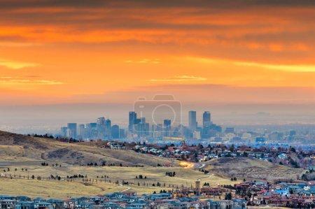 Photo pour Denver, Colorado, États-Unis skyline vue de Red Rocks à l'aube . - image libre de droit