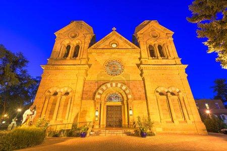 Photo pour Cathédrale Basilique Saint-François d'Assise à Santa Fe, Nouveau-Mexique, États-Unis . - image libre de droit