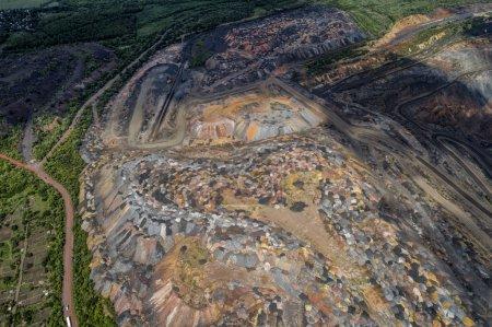 Photo pour Carrière ouverte de minerai de fer. Equipement . - image libre de droit
