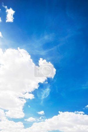 Photo pour Ciel bleu avec fond de nuages blancs - image libre de droit