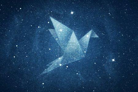 Photo pour Étoiles en origami forme d'oiseau sur fond bleu ciel nocturne - image libre de droit