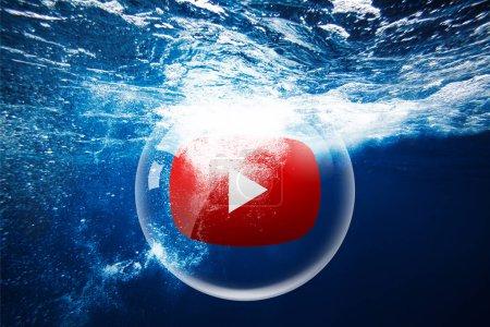 Photo pour Kiev, Ukraine - 17 avril 2019: sphère de verre Youtube sous l'eau avec éclaboussures d'eau. Concept de médias - image libre de droit