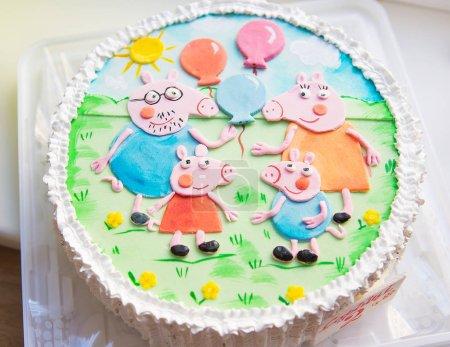 красивый и яркий детский торт