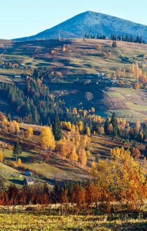Mañana Montañas de los Cárpatos y aldeas en las laderas (Yablunytsia pueblo y pasar, Ivano-Frankivsk oblast, Ucrania ).