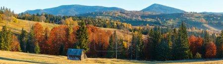 Mañana Montañas de los Cárpatos y aldeas en las laderas (pueblo de Yablunytsia y pasar, Ivano-Frankivsk oblast, Ucrania). Panorama de alta resolución de la cordillera Gorgany .