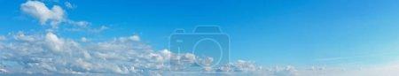 Photo pour Nuages blancs et duveteux dans le ciel bleu azur. Été beau temps fond . - image libre de droit