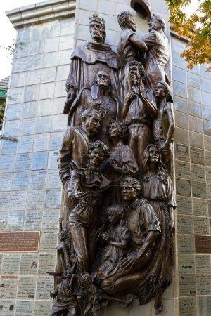 Foto de Ashland, Oregon - 30 de septiembre: Estatura en relieve de bronce de los personajes de Shakespeare en una pared en el centro de Ashland. 30 de septiembre de 2018, Ashland, Oregon - Imagen libre de derechos