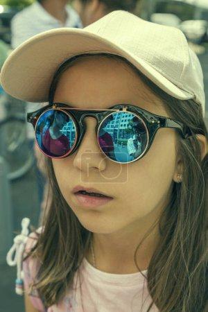 Photo pour Portrait d'une jeune fille à lunettes rondes - image libre de droit