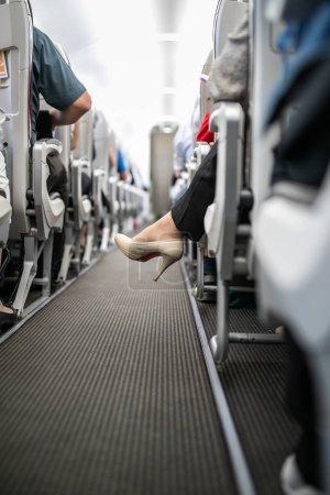 Photo pour Intérieur de l'avion commercial avec passagers assis pendant le vol . - image libre de droit