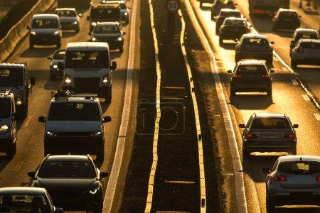 dichter morgendlicher Stadtverkehr / Staukonzept - Autos im morgendlichen Berufsverkehr sehr langsam im Stau