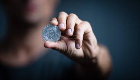Photo pour Bitcoin - concept de crypto-monnaie - crypto-monnaie étant tenue comme un actif de conservation de la valeur ainsi qu'un moyen d'échange rapide ayant un fongible, anti-inflation, nature décentralisée - image libre de droit