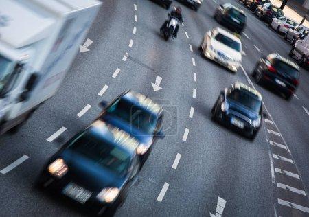 Stadtstraßen mit hohem Verkehrsaufkommen - Bewegung verschwommen & farbiges Bild