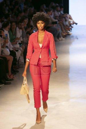 Photo pour Un mannequin marche sur la piste lors du Carmen Steffens Fashion Show Summer 2019 collection during Art, Hearts and Fashion Swim 2018 au Faena Forum à Miami Beach le 15 juillet 2018 - image libre de droit