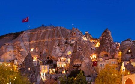 Photo pour Falaises cylindriques en pierre et maisons de caverne à Goreme, Turquie - image libre de droit