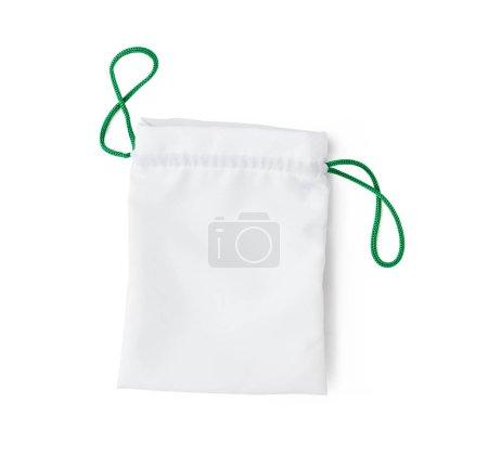 Photo pour Sac blanc avec ficelle verte isolé sur fond blanc - image libre de droit