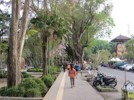 Photo pour Denpasar, Indonésie - 28 septembre 2019 : Certaines personnes font des activités sur le trottoir autour du kilomètre Titik Nol (kilomètre zéro de Bali)). - image libre de droit
