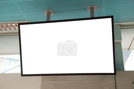 Photo pour Grand panneau d'affichage blanc sur un mur rue, bannières avec espace pour ajouter votre propre texte - image libre de droit