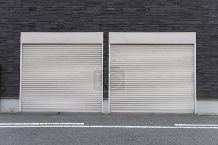 Photo pour Un tir de gros plan de porte automatique rouleau métal utilisé en usine, de stockage, garage et entrepôt industriel. La tôle ondulée et pliable offrent peu encombrante et fournissent sensation urbaine et rustique - image libre de droit