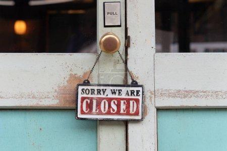 Photo pour Désolé, nous sommes fermé signe suspendu à l'extérieur d'un restaurant, magasin, bureau ou autre - image libre de droit