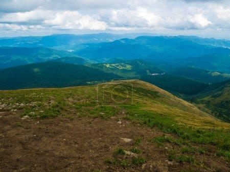 Photo pour Paysages montagneux d'été. Des prairies vertes. Hautes collines . - image libre de droit