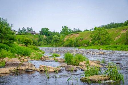 Photo pour Chutes d'eau Sablinsky. Petite cascade. L'eau brune de la cascade. Cascades de Russie. Seuils sur la rivière. Forte circulation d'eau. Des jets d'eau. Courant rapide - image libre de droit