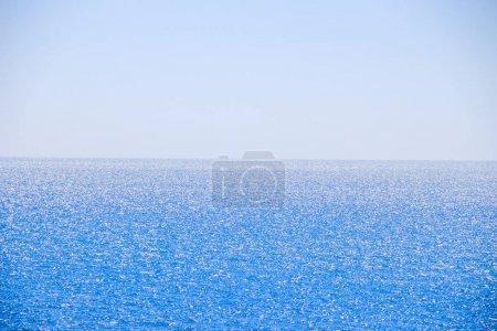 Photo pour Mer Noire à Anapa. Du sud russe. Mer par temps clair. Océan bleu. Reste dans le sud de la Russie. Fond marin . - image libre de droit