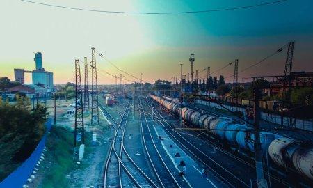 Ferrocarril ruso. Ferrocarril de verano. Puesta de sol en el ferrocarril. Locomotora.. Rusia, región de Voronezh Rossosh ciudad julio 3, 2019